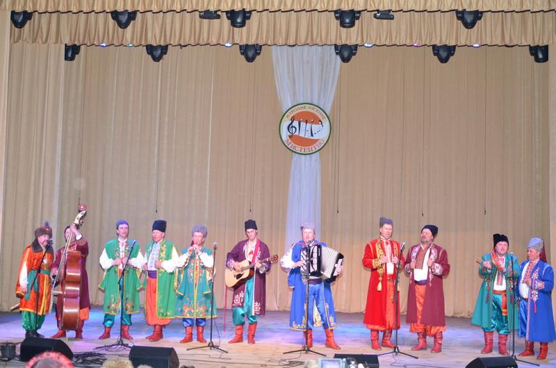 (фотографія народного ансамблю пісні і музики «Джерело» разом з керівником) (2)