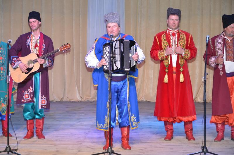 (фотографія народного ансамблю пісні і музики «Джерело» разом з керівником)