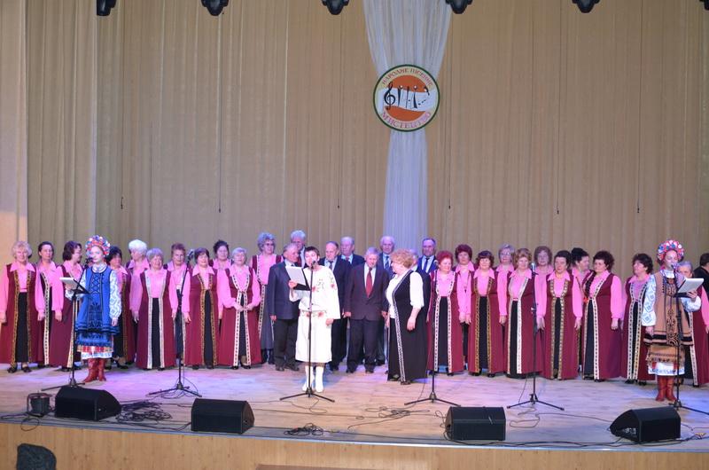 (фотографія народного хору «Розрада» разом з керівником)