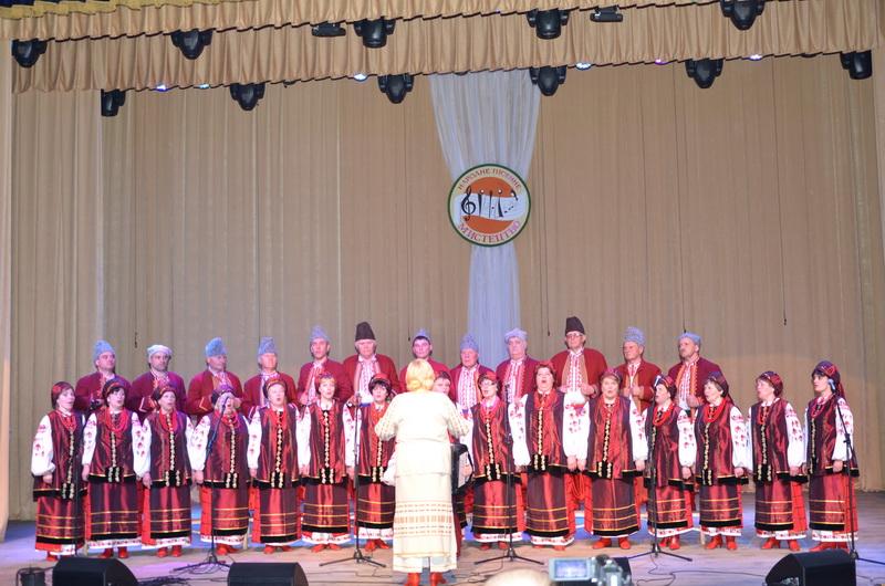 (фотографія народного хору «Явір» разом з керівником) (2)