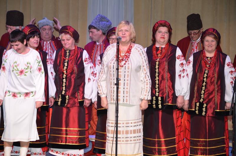 (фотографія народного хору «Явір» разом з керівником)