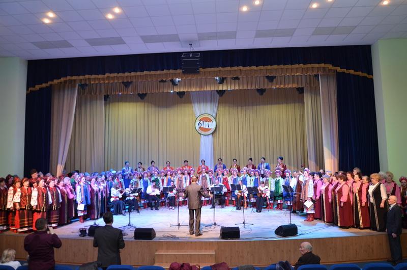 (фотографія народного хору училища разом з керівником) (2)