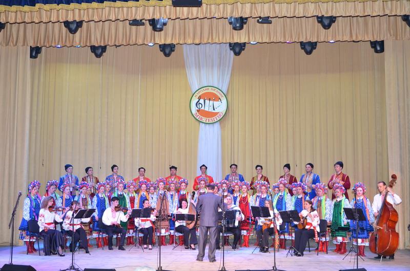 (фотографія народного хору училища разом з керівником)